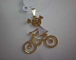 pingente menino, menina, andando de bici