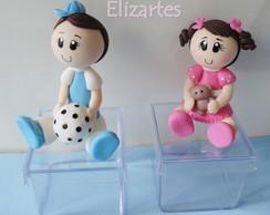 Lembrancinha menino e menina em biscuit