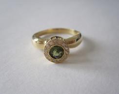 Anel turmalina verde e diamantes em ouro