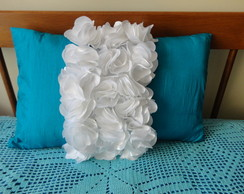 Almofada com flores aplicadas