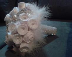 Buqu�s com flores de cetim e broches