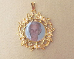 Medalha redonda floral dourada