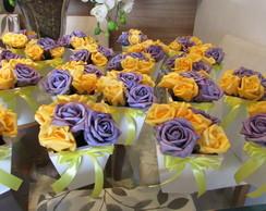 Vasinho com 6 rosas roxas e amarela I
