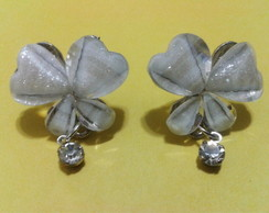 Brinco borboleta branca