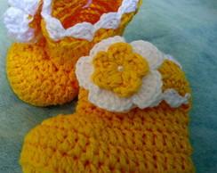 botinha com flor amarela de croche