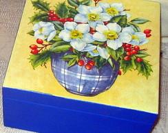 Caixa de ch� com vaso de flores brancas