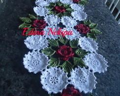 caminho de mesa com flores e folhas