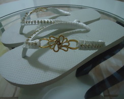 chinelo bordado com fita e strass
