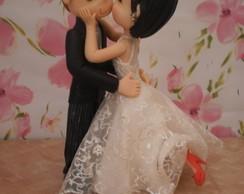 Noivinhos topo de bolo se beijando