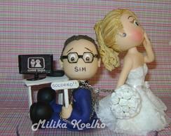 Noiva puxando noivo sentado