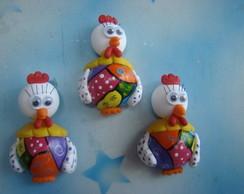 trio de galinhas coloridas