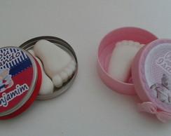 Latinha com sabonete em forma de pezinho