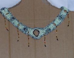 colar verde com franjas douradas