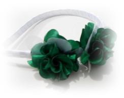 Arquinho com flores de cetim verde