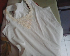 Camiseta customizada em renda de flores
