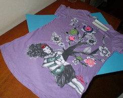Camiseta lil�s 'A menina e as flores'