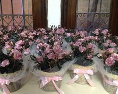 Centro de mesa com mini flores e tule