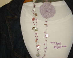 Colar de cristais /flor de croch� lil�s