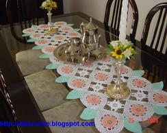 Caminho de mesa com folhas