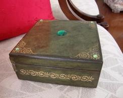 Caixa verde com pedras