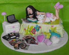 Topo de bolo menina no quarto