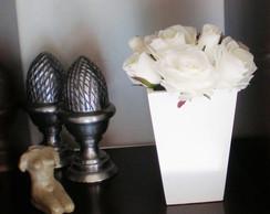 Vaso com rosas brancas