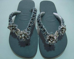 chinelo-cinza-com-flore-customizadas
