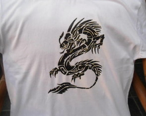 camiseta-pintada-a-mao-dragao-tribal