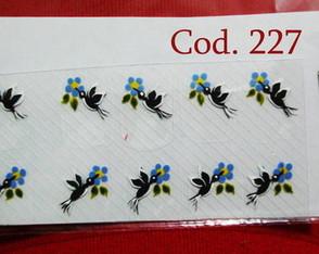 Beija-flor preto com flores azuis