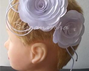 Arranjo de cabelo de rosas de cetim
