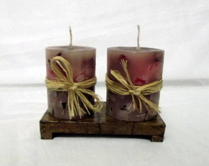 2 Velas Decoradas com Base De Madeira
