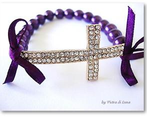 Pulseira crucifixo e p�rolas roxas
