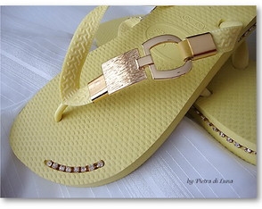 havaiana-gold-in-yellow-havaiana-estilizada