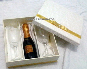 Caixa com 2 ta�as e 1 Chandon