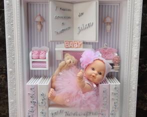"""Quadro Maternidade Boneca """"Livros"""""""