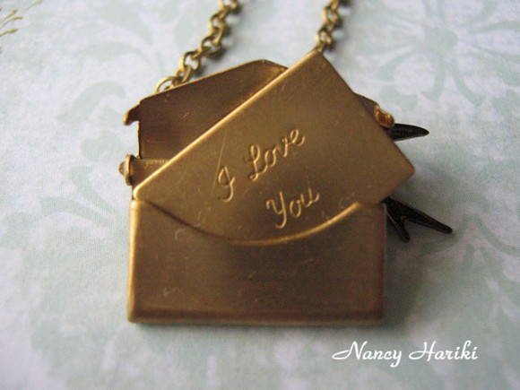 "Colar envelope ""I love you"" e p�ssaro"