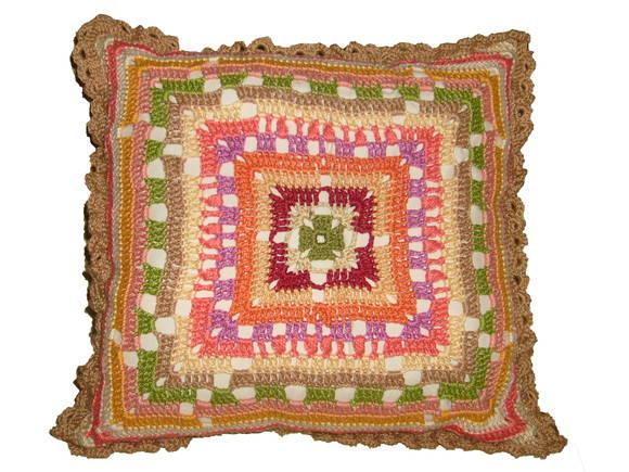 Almofada de croch� colorida