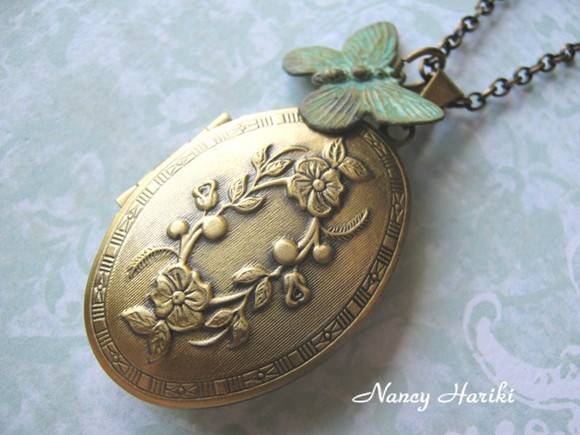 Relic�rio oval butterfly