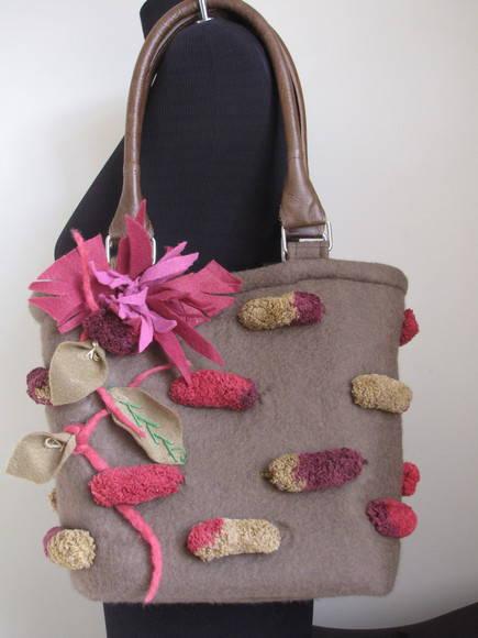 Bolsa em feltragem com flores