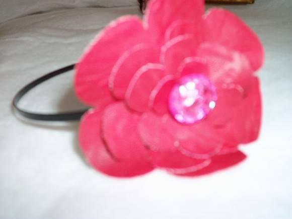 Tiara com flor de couro ou corino