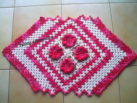 Tapetes de crochê com flores duas cores