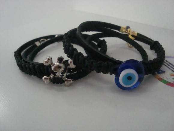 pulseira em couro com detalhe caveira