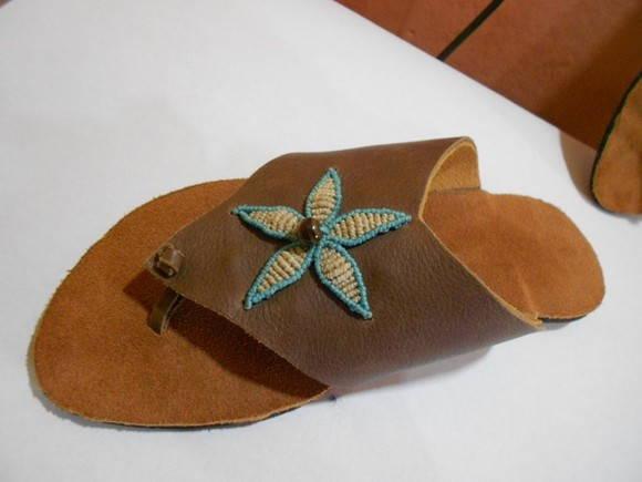 Sand�lia em couro com pedra