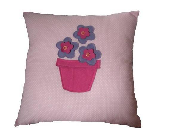 Almofada com vaso de flor em feltro