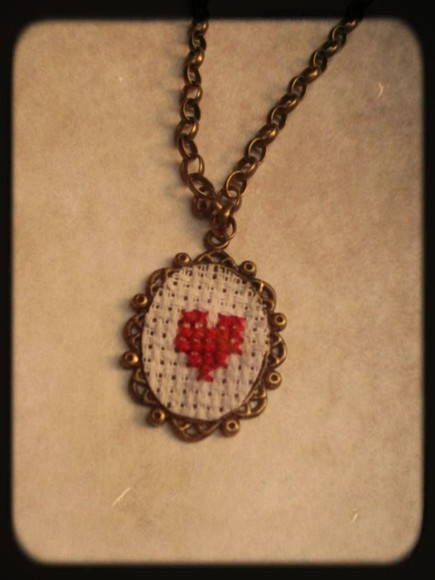 Colar Vintage Bordado Ponto Cruz Heart