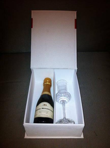 Caixa para mini champagne e uma ta�a