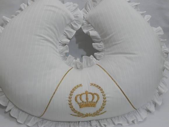 Almofada para amamenta��o coroa dourada