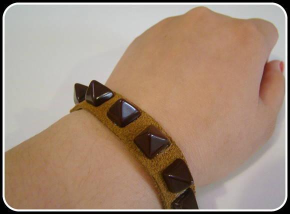 Pulseira de couro marrom com spikes