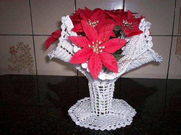 Vaso para flores feito em crochê com linha sintética, para suporte
