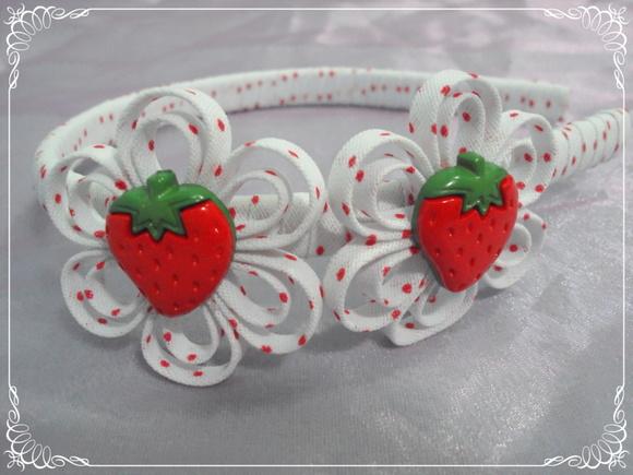 Tiara branca com bolinhas vermelhas